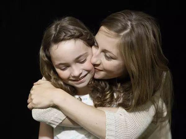 """孩子抱怨""""无聊""""时,他想要的可能只是一个温暖的抱抱"""