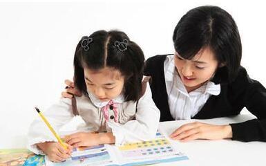 中国式家庭教育:过半家庭母亲抓教育 父亲缺位