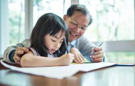家庭教育现状调查:7成以上父母陪孩子写作业