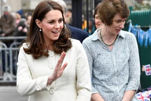 当国外专家给王室看起了手相,画风really清奇!