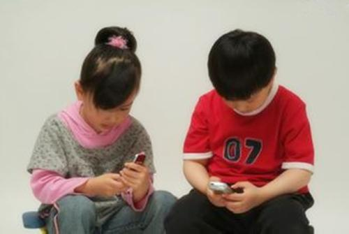 经常玩手机的孩子和不玩手机的孩子,十年后区别比你想象的大太多