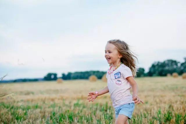 送给孩子一双名牌鞋,不如送给孩子一双会走路的脚