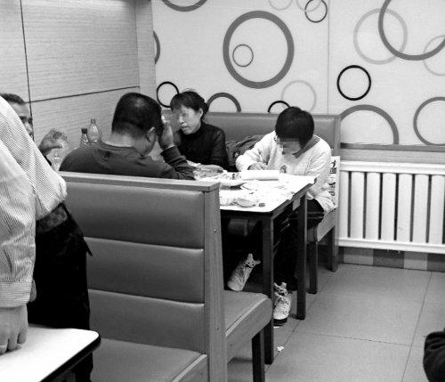 """火锅店现 """"作业妹妹"""" 父母吃饭其写作业(图)"""
