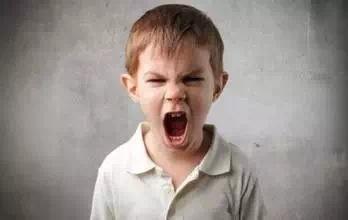 想要帮孩子管理情绪,在孩子闹脾气时这些事父母不能做